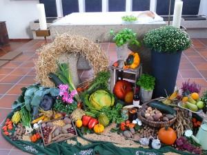 Erntedankfest Geschmückter_Altar_zum